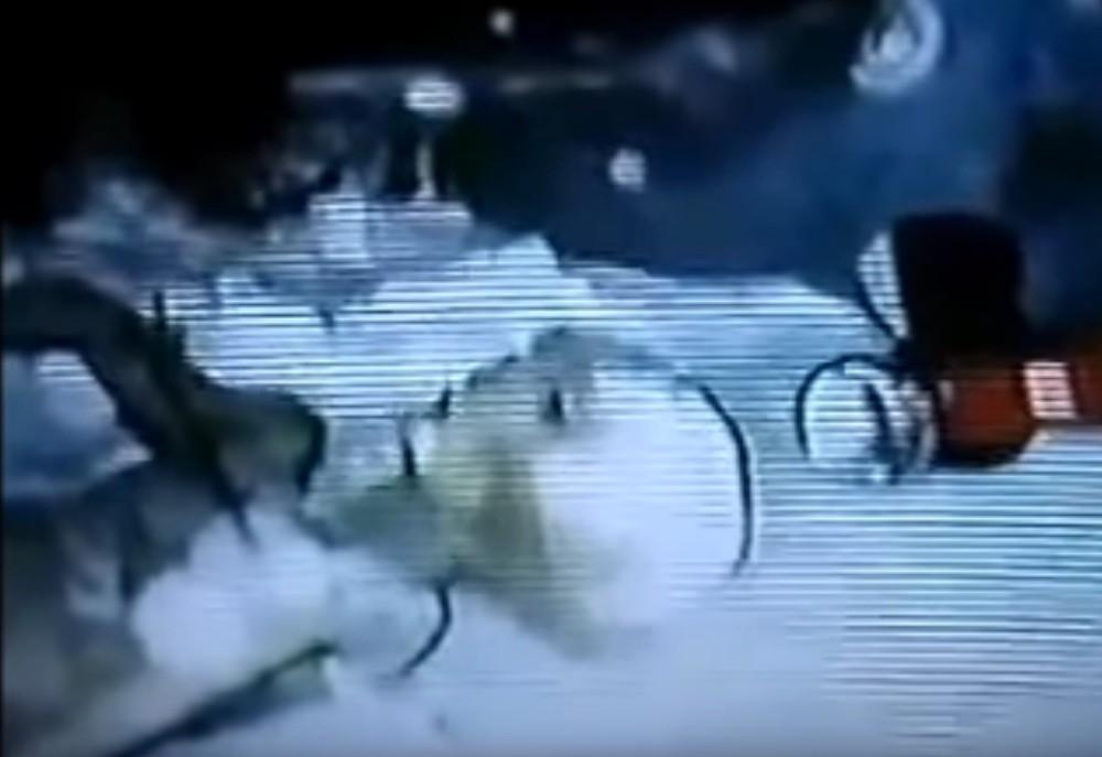 Escena del vídeo que muestra a un extraterrestre muerto