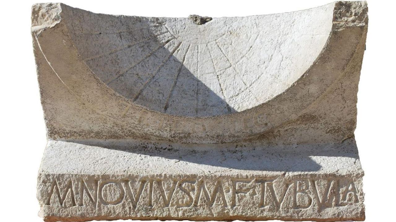 Encuentran un reloj de sol intacto de hace 2.000 años en ruinas romanas