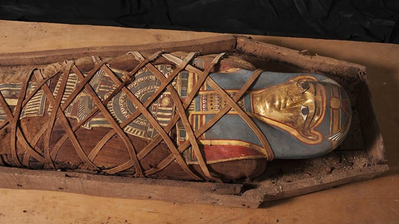 Arqueólogos descubren un antiguo sarcófago egipcio intacto