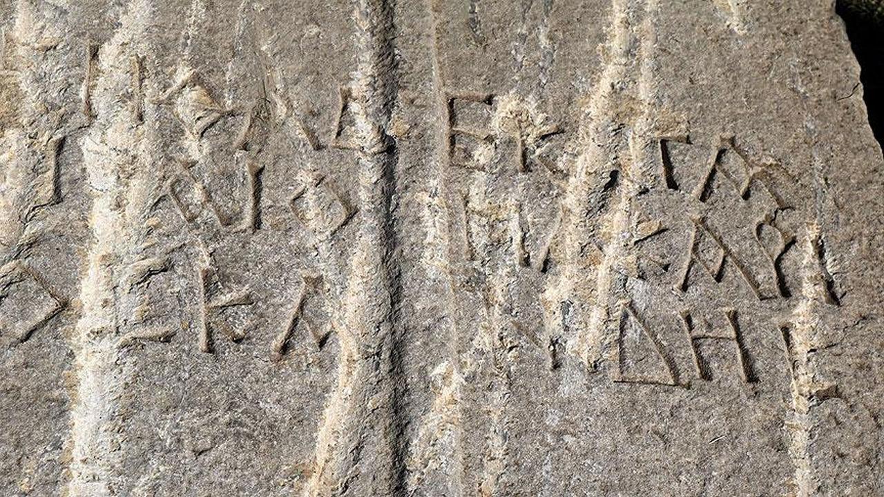 Encuentran losa de hace 1.400 años perteneciente a un sarcófago en Turquía