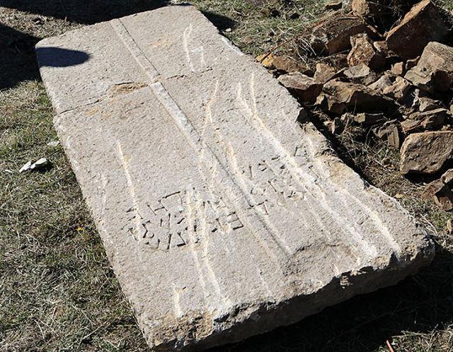 Losa encontrada y perteneciente a un sarcófago, en Turquía.