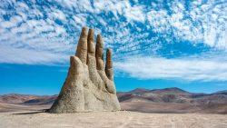La mano gigantesca que sobresale del desierto de Atacama en Chile