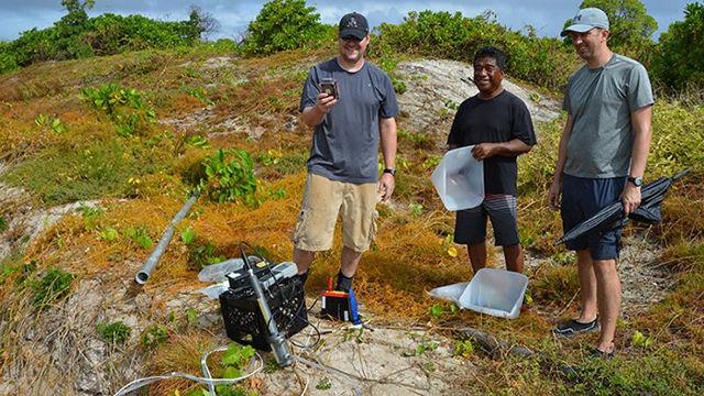 Investigadores recogiendo muestras cerca de Runit Dome