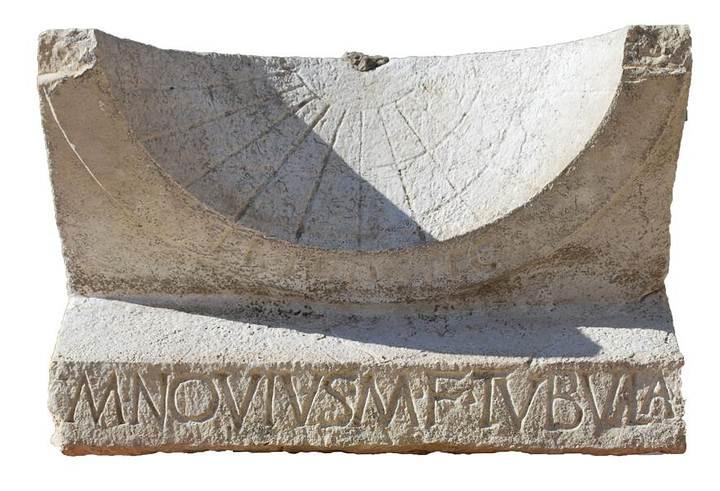 El reloj se construyó a partir de un bloque de piedra caliza de 54 x 35 x 25 centímetros, y cuenta con una cara cóncava en la que están grabadas once líneas horarias, que permiten determinar las doce horas del día.