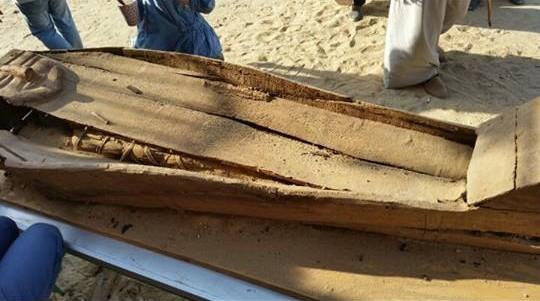 Sarcófago y momia en su interior, en el momento de su descubrimiento en Deir el-Banat.