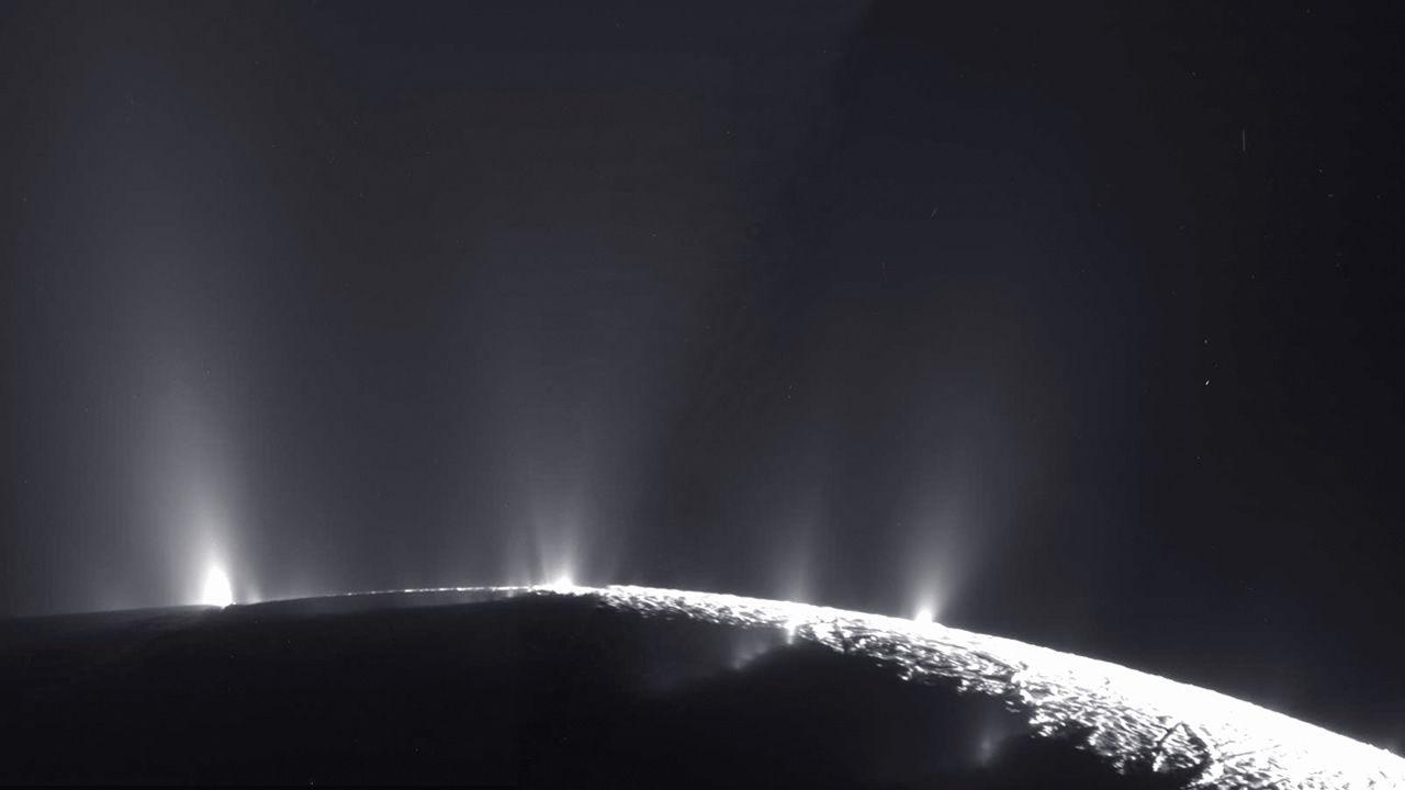 Vida extraterrestre podría prosperar en Encélado gracias a una «fuerza invisible»