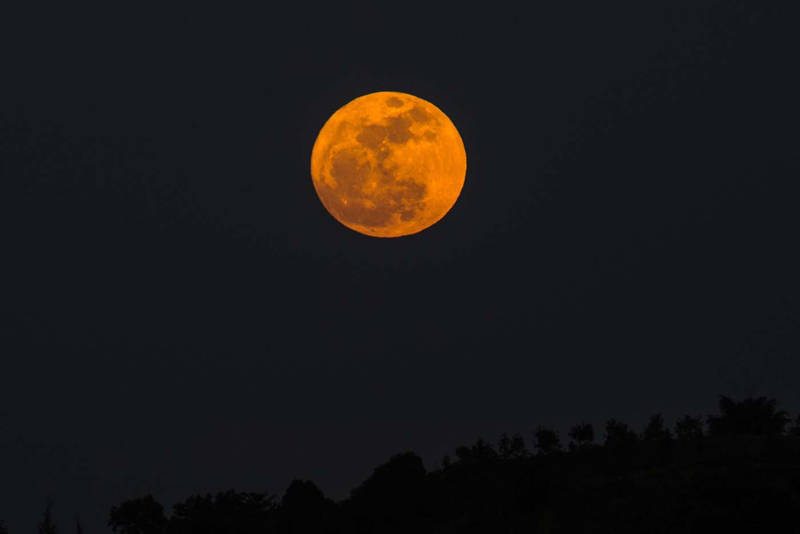 Superluna vista desde Yangon, Myanmar