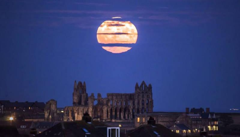 La superluna se eleva sobre la Abadía de Whitby al noreste de Inglaterra