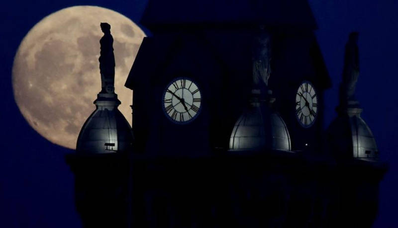 Superluna vista desde el edificio del Tribunal del Condado de Erie en Buffalo, Nueva York