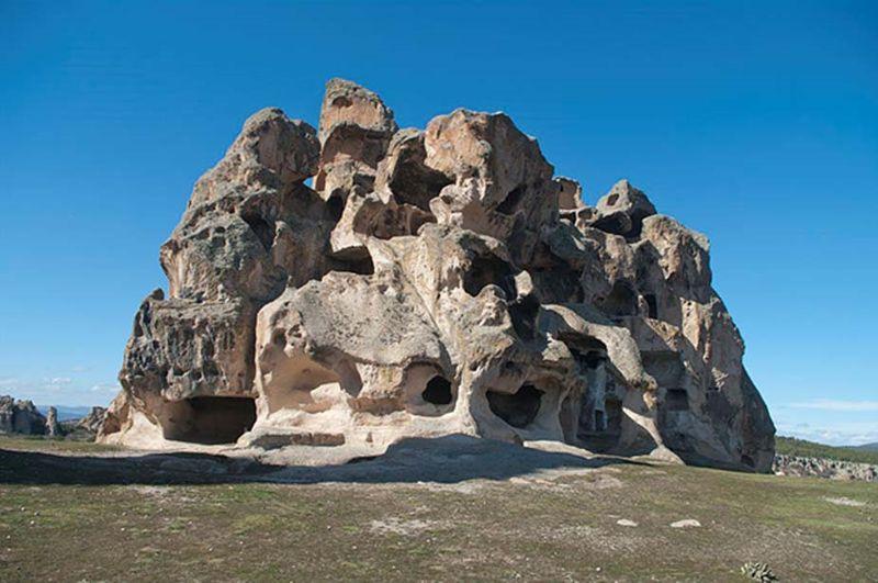 """Vista de la cara nordeste de una necrópolis excavada en la roca con varias tumbas frigias. Esta necrópolis se encuentra al sur del Monumento de Midas, en Yazılıkaya (literalmente """"roca inscrita""""en turco), Eskişehir - Turquía"""