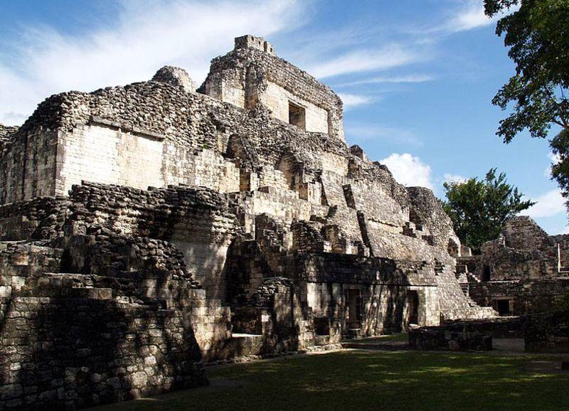Vista parcial de las ruinas de Becán