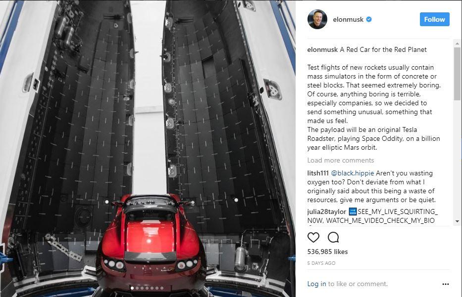 Esta imagen muestra un automóvil Tesla Roadster colocado en un soporte dentro del cohete Falcon Heavy, lo cual lo mantendría estacionado mientras se realiza el vuelo inaugural.
