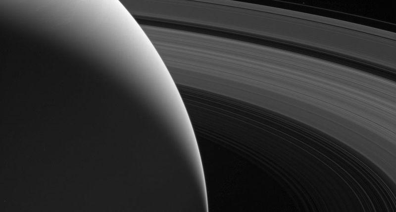 Los anillos de Saturno son relativamente jóvenes, unos pocos cientos de millones de años aproximadamente, dicen los astrónomos. Imagen tomada por la nave espacial Cassini de la NASA el 12 de agosto, 2017