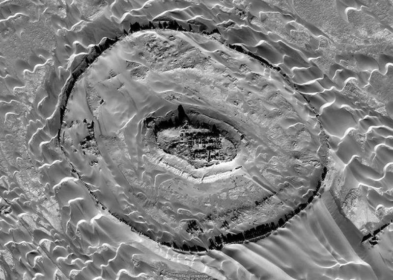 Una imagen de satélite de la ciudad amurallada de Sar-O-Tar, construida por primera vez en los primeros siglos EC, que ahora está siendo recuperada por la arena
