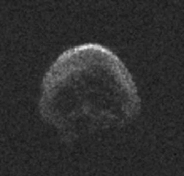 Imagen del asteroide 2015 TB145, un cometa muerto, generado usando datos de radar recolectados por el Observatorio de Arecibo en Puerto Rico