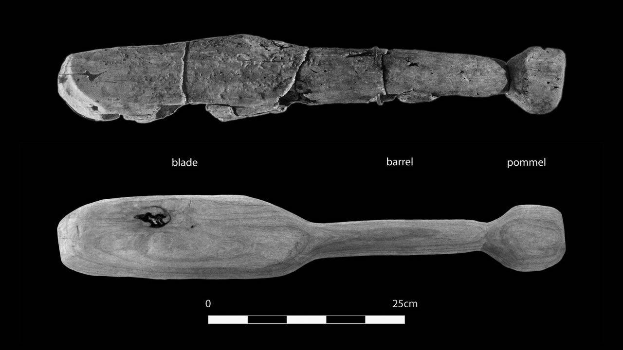 Científicos prueban esta rara arma neolítica con un cráneo falso