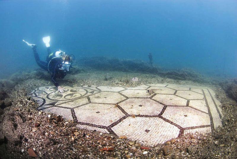 Un buzo explora un impresionante mosaico perteneciente alguna vez a una gran villa