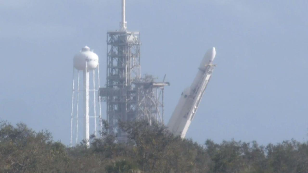 El cohete Falcon Heavy que irá a Marte es colocado en la plataforma de lanzamiento