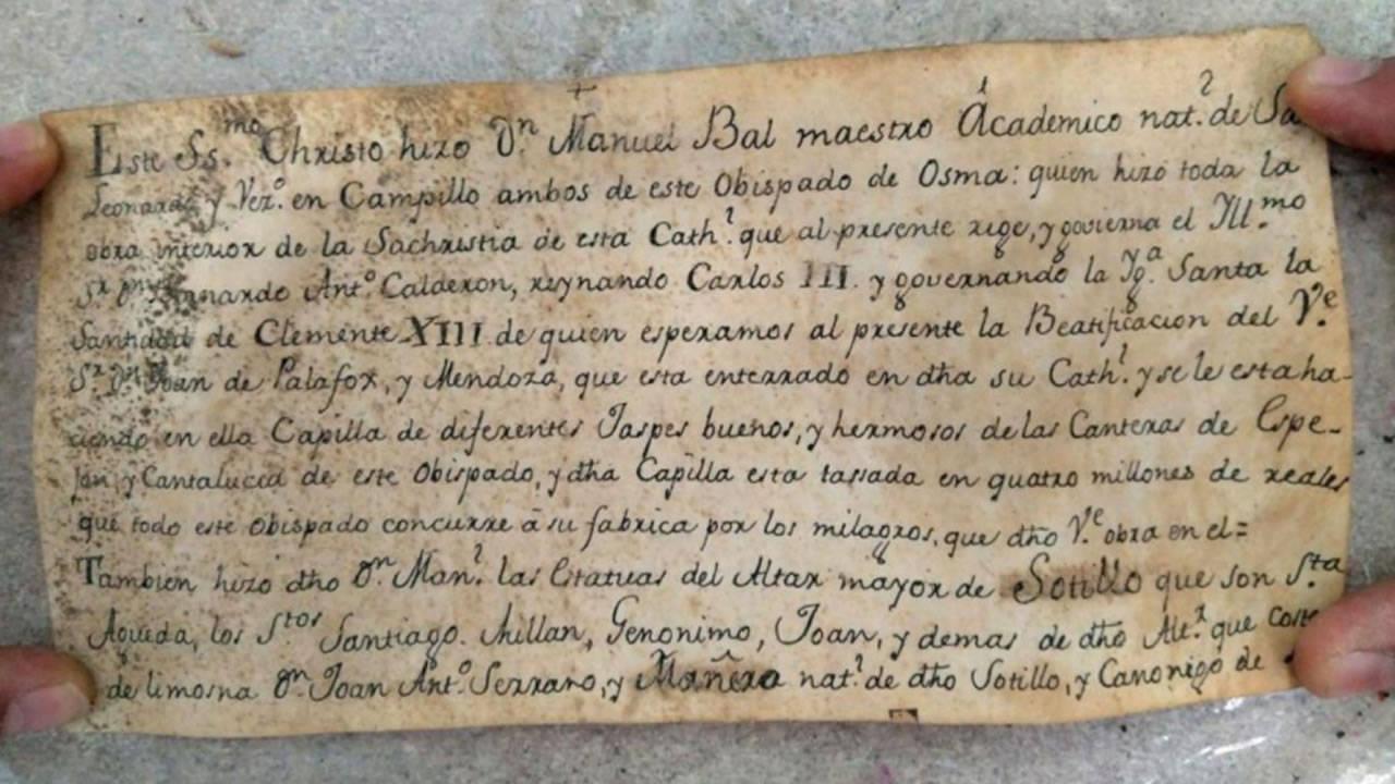 Restauradores dicen haber encontrado una cápsula del tiempo de 300 años en una estatua de Jesucristo