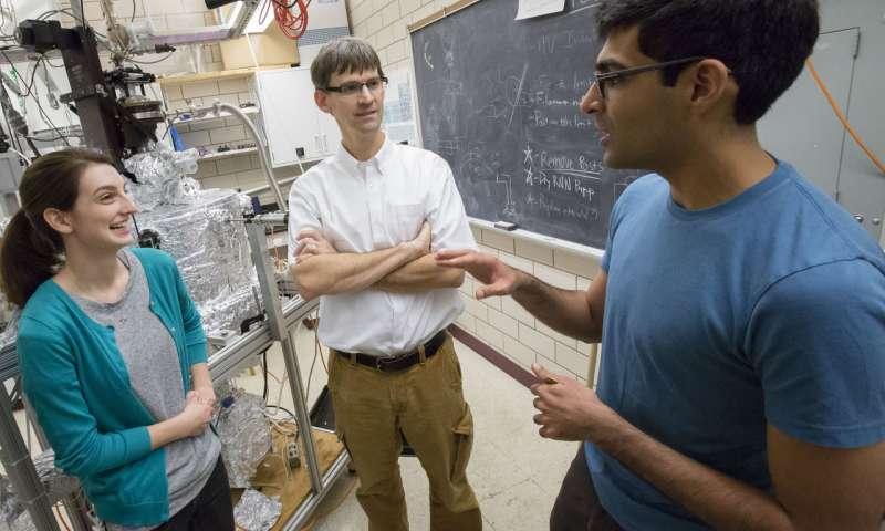 El Profesor de Física, Peter Abbamonte (centro) trabaja con los estudiantes graduados Anshul Kogar (derecha) y Mindy Rak (izquierda) en el Laboratorio de Investigación de Materiales Frederick Seitz