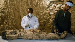 Egipto: Hallan momia y artefactos de hace 3.500 años en Luxor