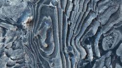 Impresionante fotografía revela fallas en la superficie de Marte
