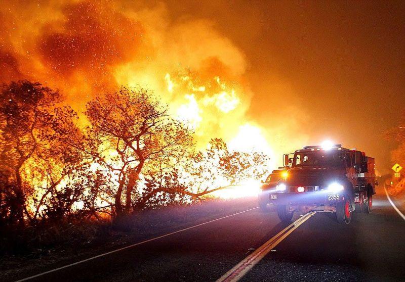 El fuego también ha cobrado su primera vida, dijeron las autoridades. Una mujer de 70 años murió después de que estrelló su automóvil huyendo del fuego en Ventura el miércoles. Murió de trauma en la cabeza, inhalación de humo y lesiones térmicas, dijeron los funcionarios