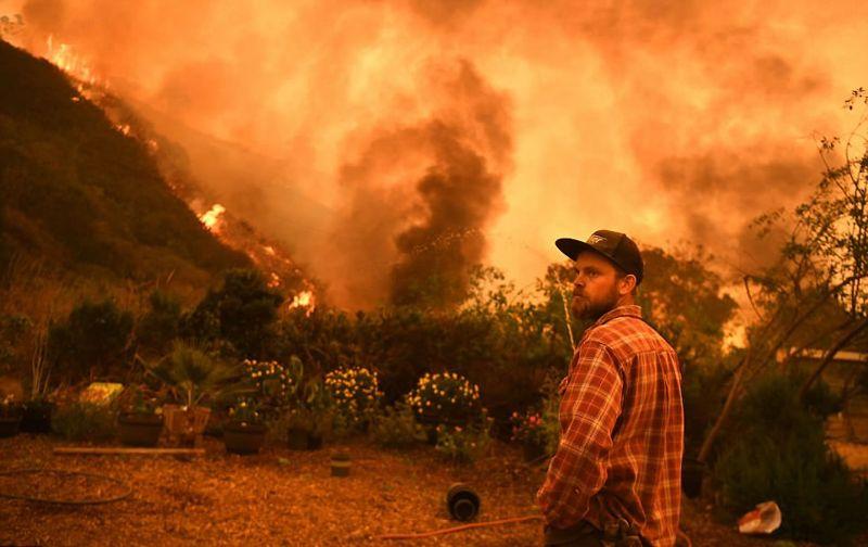 El fuego continúa extendiéndose, aunque los vientos fuertes del jueves se han aliviado, lo que facilita las labores contra incendios