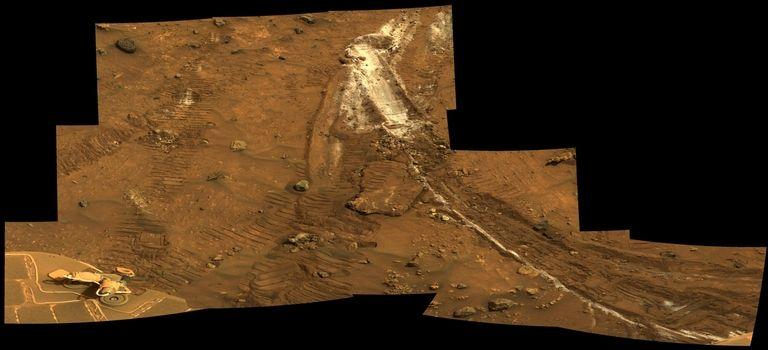 Minerales brillantes y ricos en sílice descubiertos accidentalmente por el vehículo Spirit de la NASA. La composición de los minerales sugiere que se formaron en un área húmeda con actividad hidrotérmica en el pasado antiguo de Marte