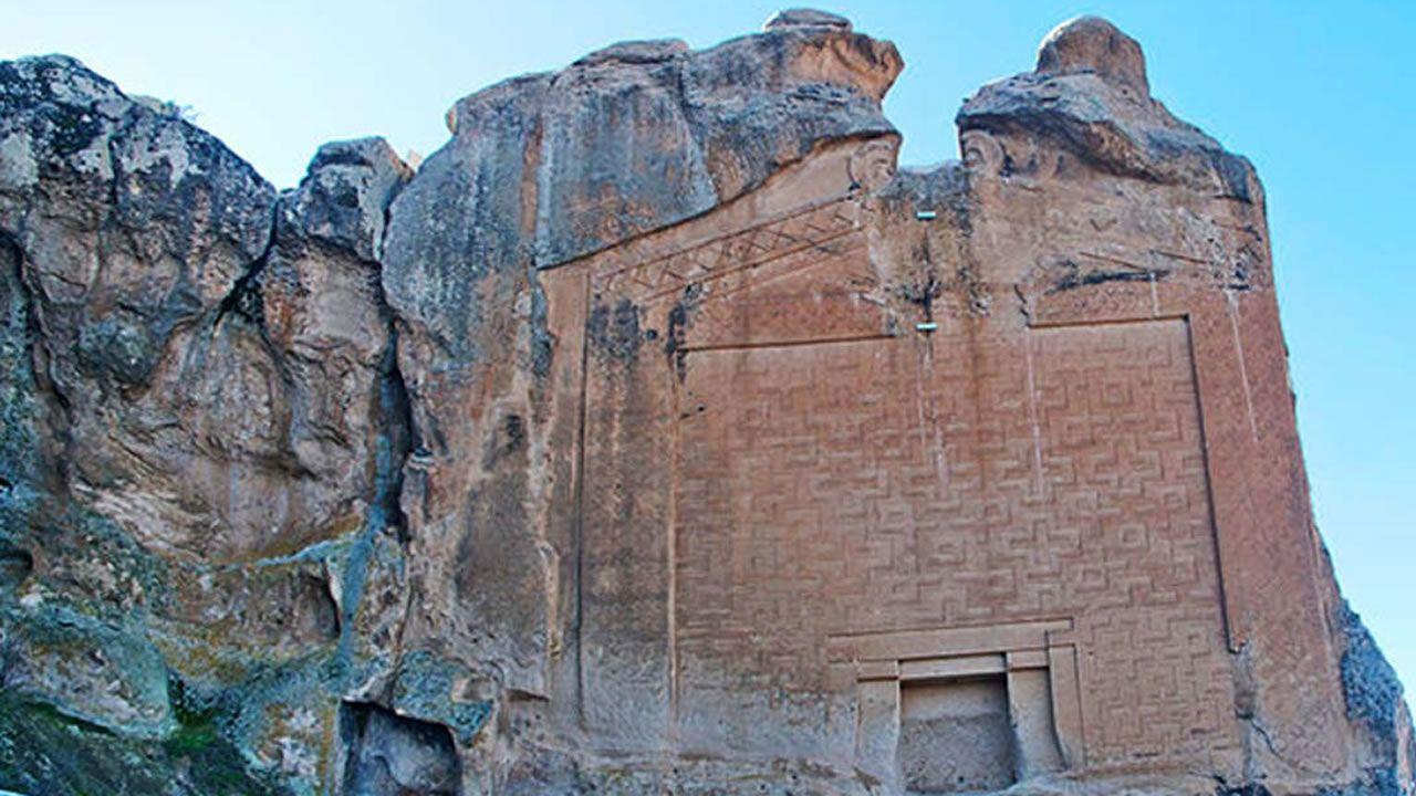 La enigmática Ciudad de Midas: Impresionantes fachadas e inscripciones labradas en la roca