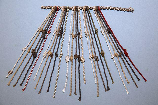 Un modelo de nudos quipu, representativo de muchos quipus del Perú anterior y posterior a la conquista