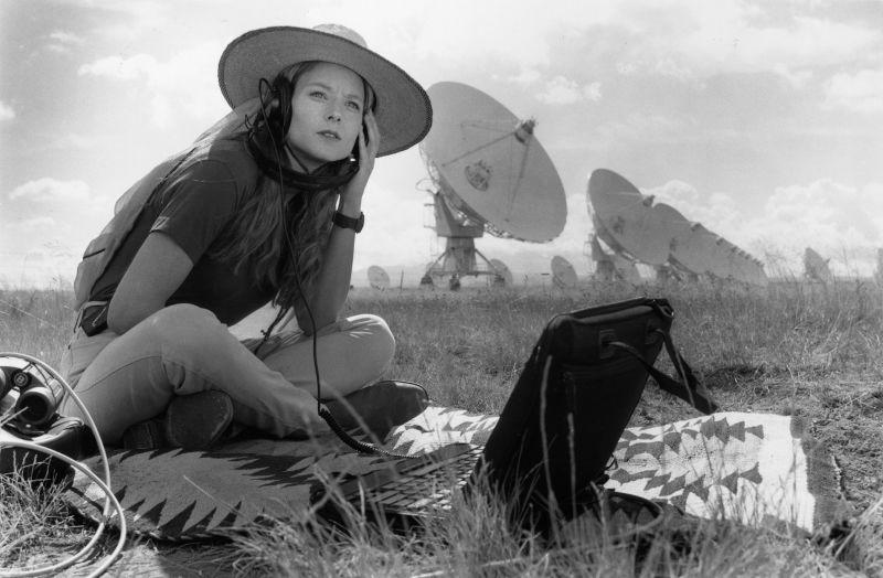 Escena de película «Contact», donde la actriz Jodie Foster interpretó a Ellie Arroway, el personaje creado por Carl Sagan e inspirado en la astrónoma Jill Tarter