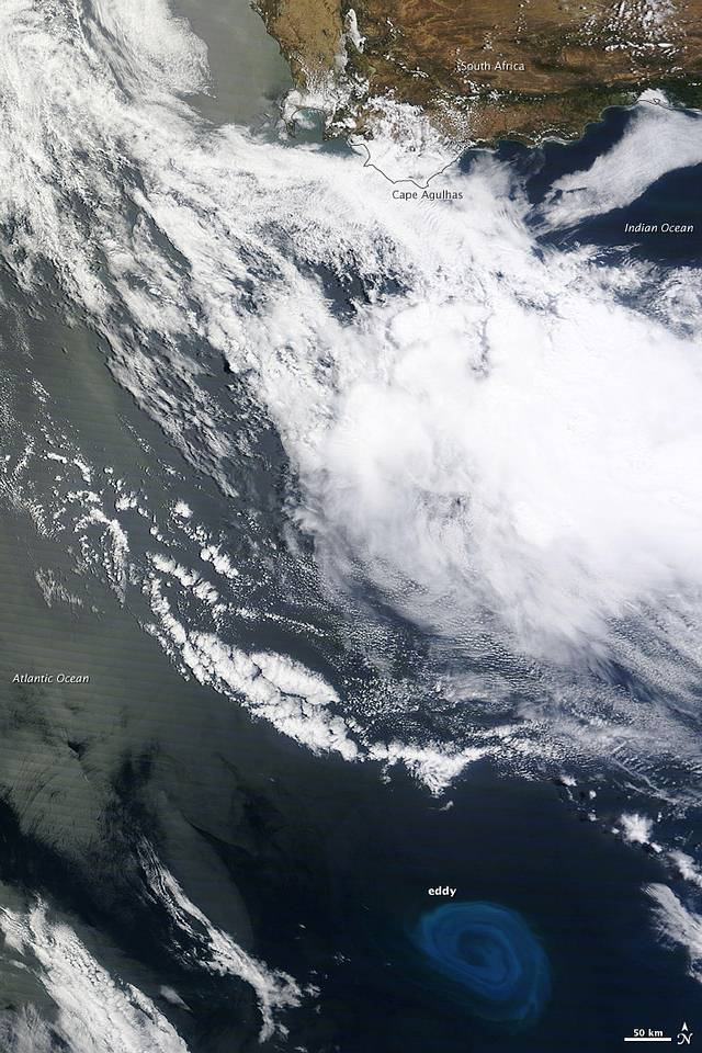 En esta imagen tomada en diciembre de 2011 por el satélite Terra de la NASA, puede verse un gran torbellino cerca de Sudáfrica. Su tono azulado resalta debido a los afloramientos de plancton que arrastra