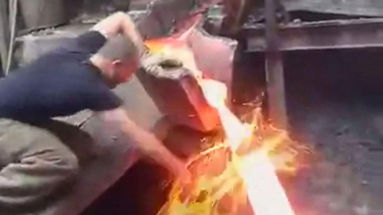 Viral: Hombre pone su mano en metal fundido sin sufrir daño ¿cómo lo hace?
