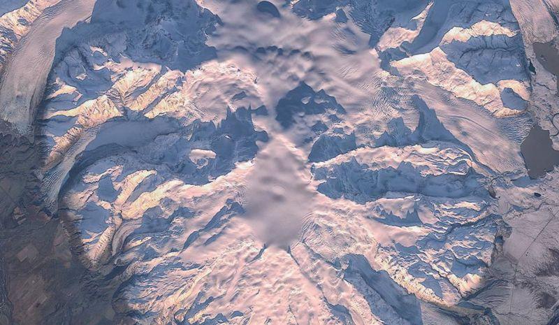 La imagen captada por el satélite Sentinel-2B muestra una mancha de nieve en el centro de la caldera del Öræfajökull