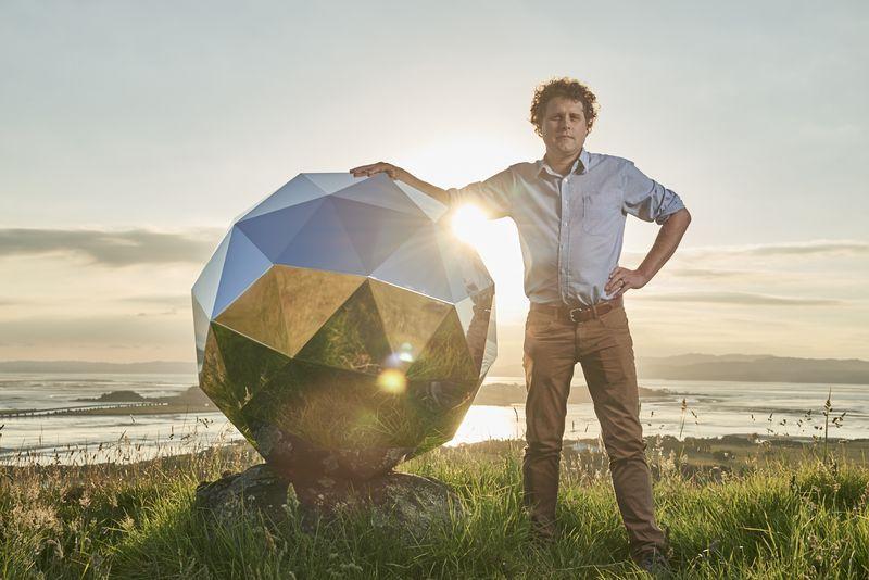 Peter Beck, CEO de Rocket Lab, junto con la «Estrella de la Humanidad»