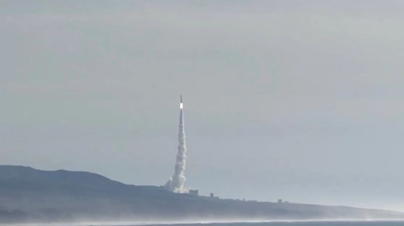 El Delta IV que transporta la nave NROL-47 se eleva hacia el cielo de California el 12 de enero de 2018