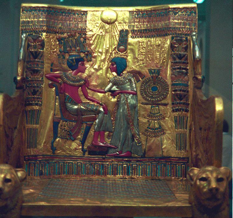 Respaldo del trono enchapado en oro de Tutankamón. Se ve al joven rey junto a su esposa Anjesenamón con la corona de Gran Esposa Real prodigándole cuidado