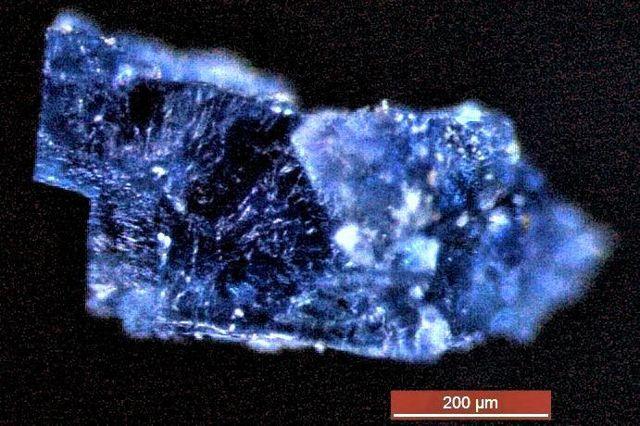 Cristal de halita encontrado en un meteorito. Mide menos de un milímetro de ancho