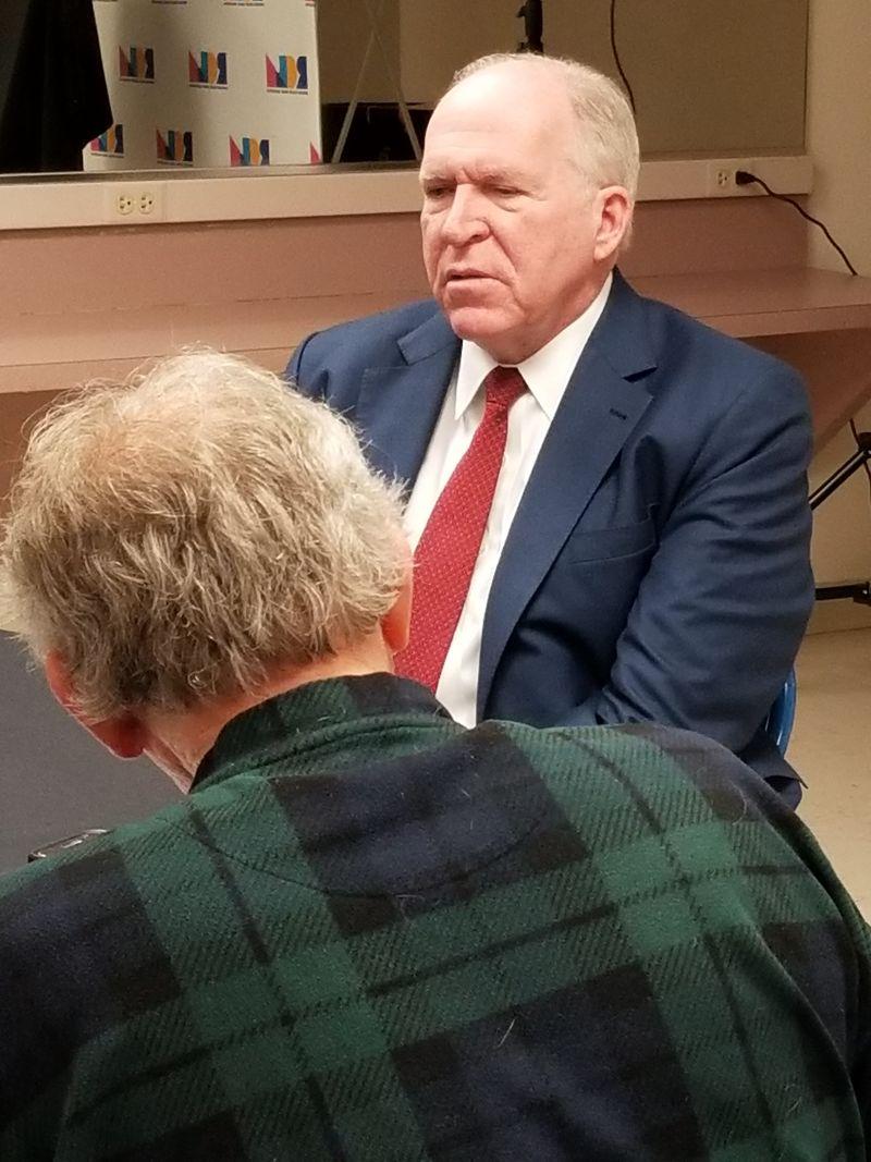 De Void haciendo algunas preguntas a John Brennan, ex jefe de la CIA