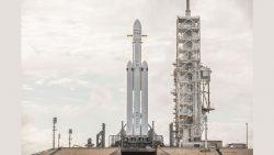 Este es el Falcon Heavy de SpaceX, que irá a Marte, en su plataforma de lanzamiento