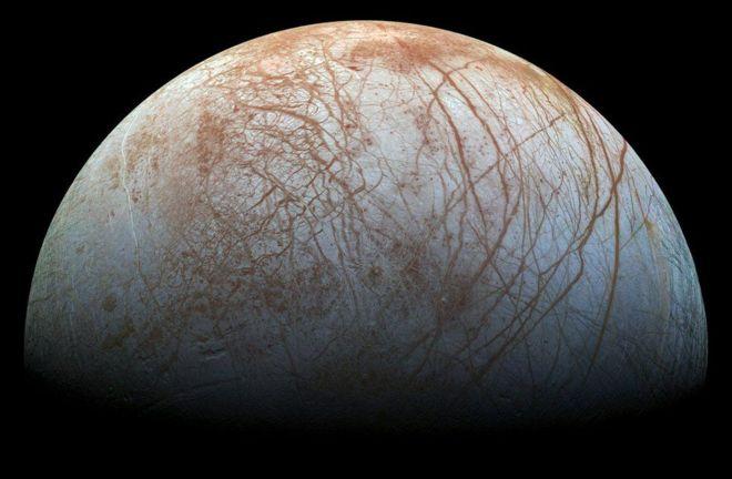 Según los científicos es probable que Europa pueda sustentar vida. «Es probable que dentro de este mundo oceánico haya una gran variedad de compuestos químicos»