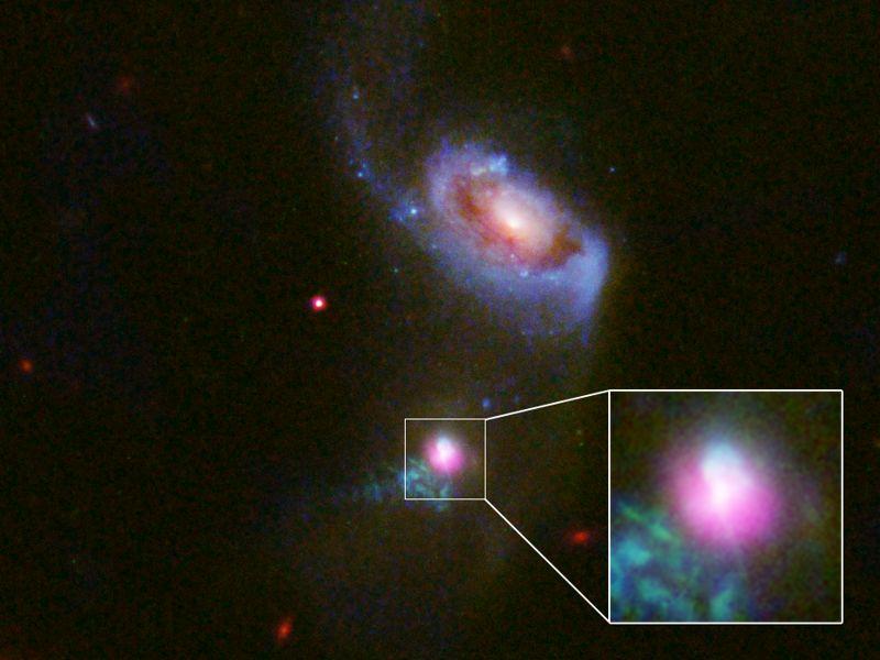 Esta imagen muestra las dos nubes arremolinadas de partículas «eructadas» por el agujero negro