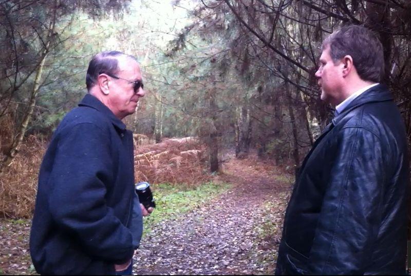 El coronel retirado Charles Halt, izquierda, y Gary Heseltine, a la derecha, volvieron a visitar Rendlesham Forest en 2010 para un documental que nunca se realizó