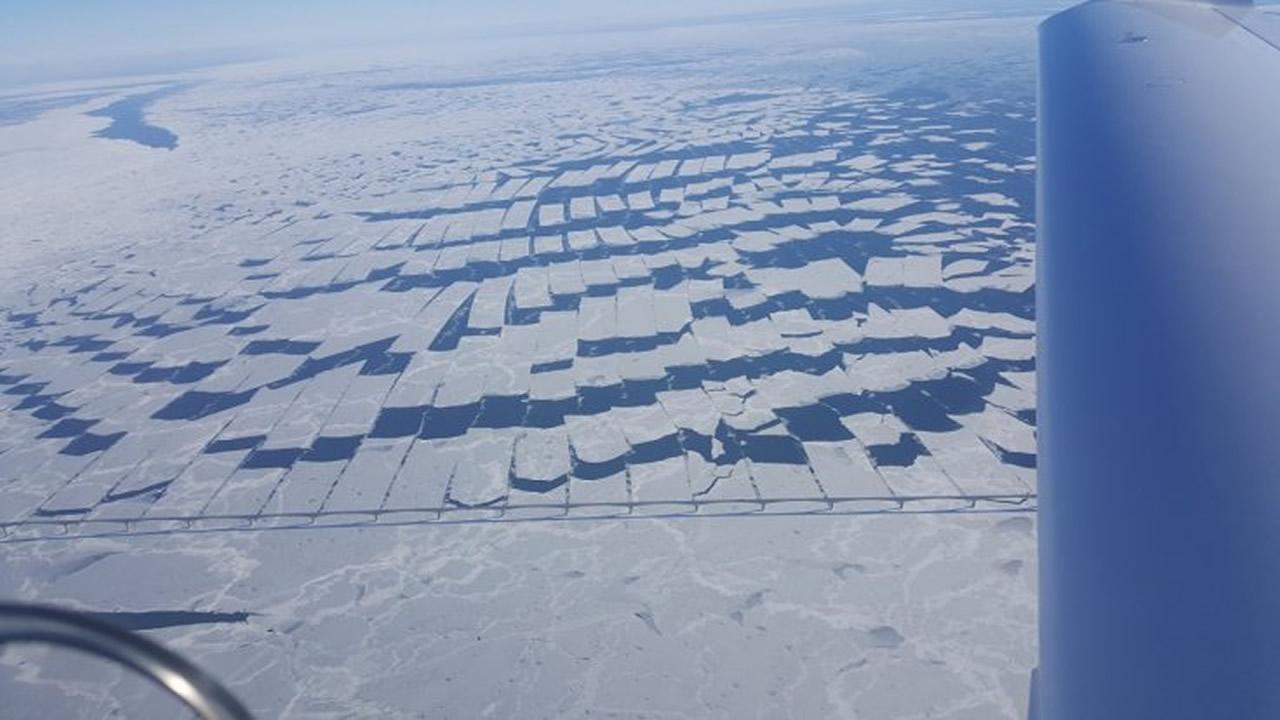 Piloto captura capas de hielo fragmentadas en extraños patrones geométricos, en Canadá