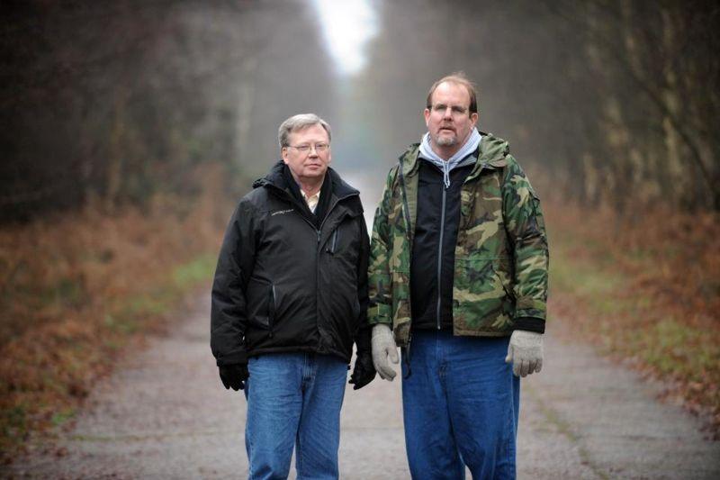 El sargento de personal Jim Penniston y el aviador John Burroughs afirman que vieron un aterrizaje de OVNIs en el bosque de Rendlesham en diciembre de 1980