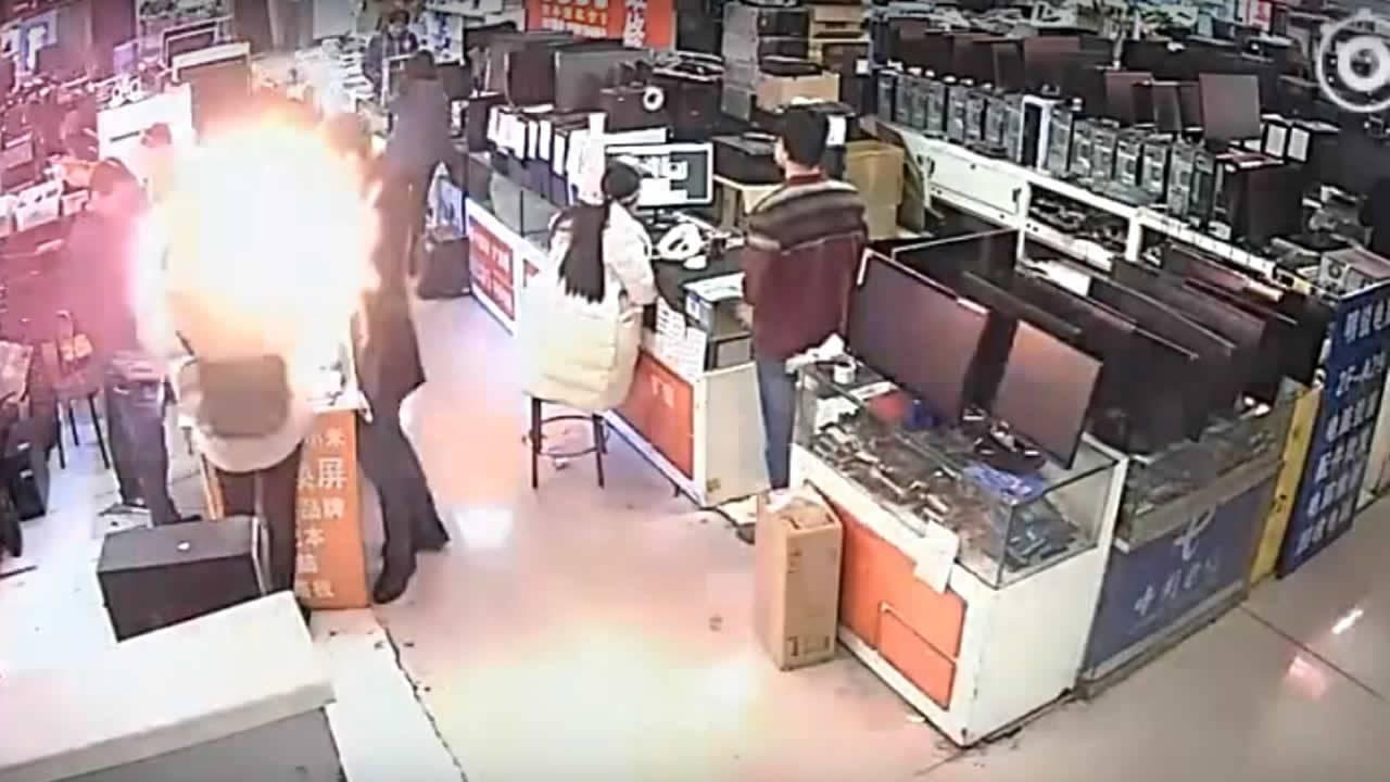 Batería de iPhone explota en la cara de un hombre luego de morderla (Vídeo)