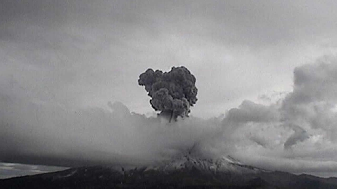 Popocatépetl registra potentes explosiones y fumarolas de 3 Km de altura