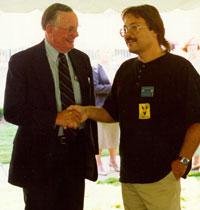 Barry DiGregorio (derecha) con Neil Armstrong