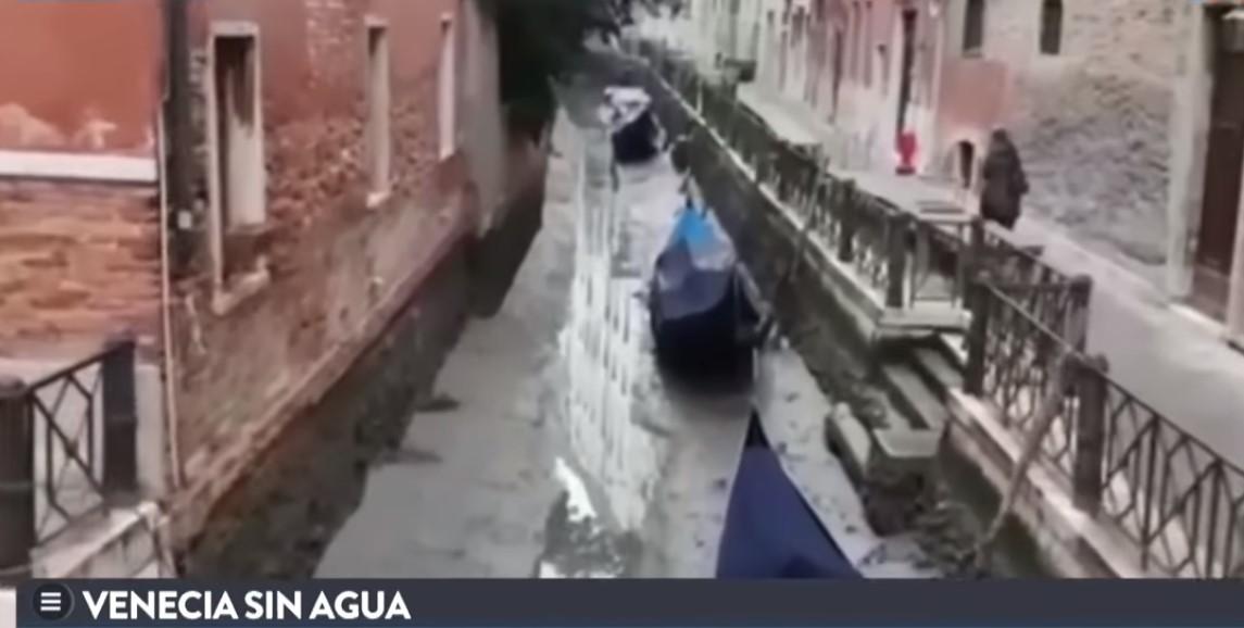Así lucen varios de los canales de Venecia, sin agua. Esto está causando un gran problema en la ciudad